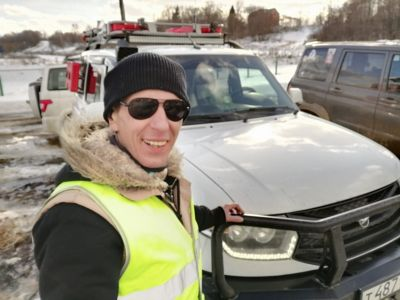 Я на фоне УАЗа штурмана призера